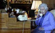 Отново в офиса! Кралица Елизабет Втора пак изпълнява официалните си задължения