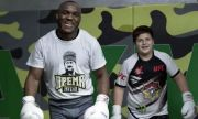 Шампион в UFC посети Чечня, стреля и тренира със синовете на Кадиров (ВИДЕА)