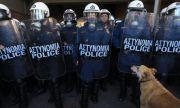 Нощ на насилие в Атина! Четирима ранени полицаи при сблъсъци с протестиращи