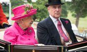 Кралицата плаща милиони за грешките на принц Андрю