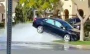 Toyota Camry се удари в пожарен кран.. и
