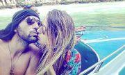 Месечков и съпругата му в търсене на лято на Санторини