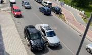 Наглост! Шофьор паркира джипа си в средата на пловдивски булевард (СНИМКИ)