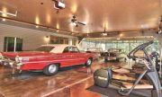 Само за автомобилни маниаци: Продава се къща с гараж за 25 автомобила