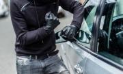 Хванаха двама автоджамбази, единият изскочи в движение от крадена кола