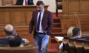 Филип Станев от ИТН се яви със скъсани дънки в парламента, получи забележка