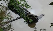 Лек автомобил се преобърна по таван край Симитли, двама пострадаха