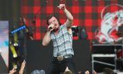 Морган Уолън води за четвърта седмица класацията на Billboard за албуми
