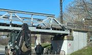 Багер се заклещи под мост в Пловдив, блокира движението