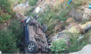 Кола пропадна в пропаст в края на улица в Хасково