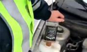 Проверяват катаджия, сипал бутилка бърбън в чистачките (ВИДЕО)
