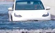 """Видео от Китай с електромобил Tesla Model 3, """"плаващ"""" по вода"""