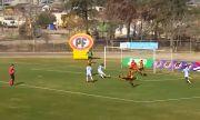 Хит в социалните мрежи: Футболист скочи в кофа за боклук след победен гол (ВИДЕО)