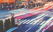 За първи път: японски град забранява на пешеходците да ходят с телефон в ръка