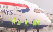 """Инцидент на """"Хийтроу"""": Носът на самолет се заби в земята"""
