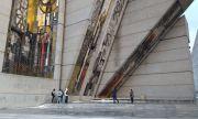 Арестуваха младежи, качили се на паметник за екстремно селфи