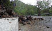 Срутище на пътя Асеновград – Смолян, движението е затруднено