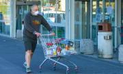 Бесен клиент буйства в магазин заради забележка за маска (ВИДЕО)