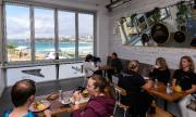Австралийците предпазливо се връщат в баровете и кафенетата