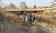Лек автомобил падна в дере, пострада жена (СНИМКИ)