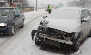 18-годишен се заби с лек автомобил в патрулка, рани жена полицай