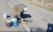 Бай Георги сам кърпи дупки на пътя (СНИМКИ)