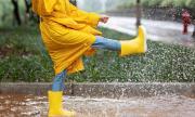 Дъждобраните и гумените ботуши крият опасности