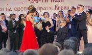 Абитуриенти се сгодиха на площада в Казанлък