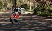 Футуристичният двуног робот Каси постави рекорд с 5 км бягане
