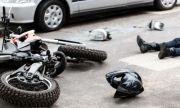 Мъж опита да избяга от жена си с мотор, тя го прегази с кола