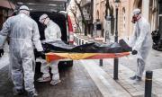 Паника в Бургас! Медици със защитни облекла изнесоха труп от блок