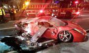 Разходка с Ferrari под наем завърши по таван и в пламъци (ВИДЕО)