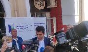 Кирил Петков събира подписи за изборите пред мекичарница