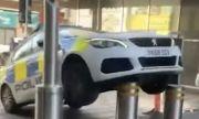 Ето какво се случва когато полицаи паркират неправилно (ВИДЕО)