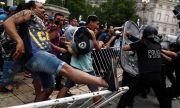 Страшно е! Бой между фенове и полиция на поклонението на Марадона
