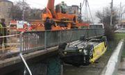 Такси падна в канала на Владайска река в София