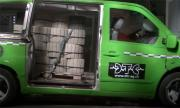 Челен удар със 770 кг бетонни саксии в буса (ВИДЕО)