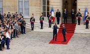 Разследват отиващото си френско правителство