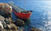 Товарен кораб заседна край Камен бряг