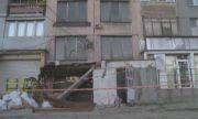 Прави се втори оглед на рухналата козирка на жилищен блок, която рани човек