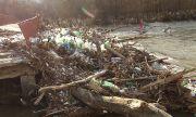 Местни събират ръчно отпадъците край река Струма