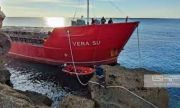 Плаващи бункери пътуват към заседналия кораб