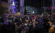 Хиляди почетоха паметта на легендата Коби Брайънт (СНИМКИ)