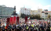 Кой организира клоунадата пред парламента
