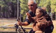 Христо Стоичков учи внучката си на риболов