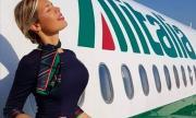 Сексапилна стюардеса се оплака от онлайн нахалници (СНИМКИ)
