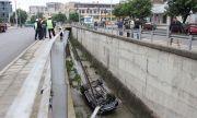 Истинско чудо! Пиян мъж оцеля след като падна от мост с колата си