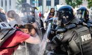 Разследват нападение на американски полицаи над журналисти от Австралия