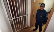 Над година затвор за мъж, нападнал полицаи с брадва и нож