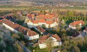 Абатство, замък, луксозно училище